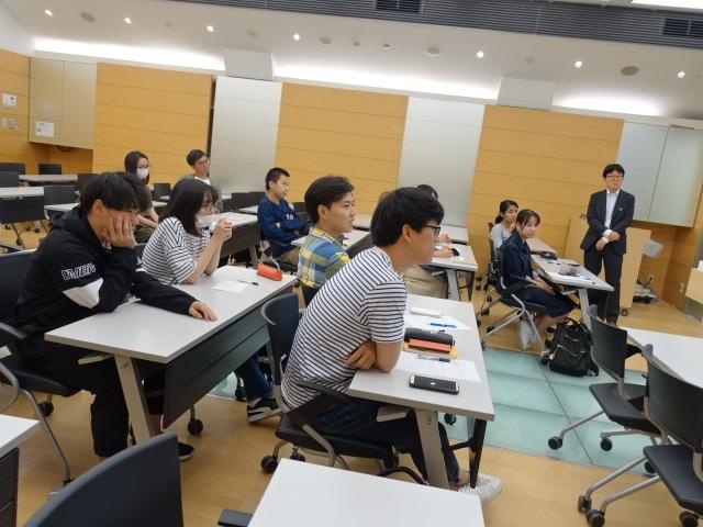留学生就職支援担当の先生が就労ビザについて説明しました