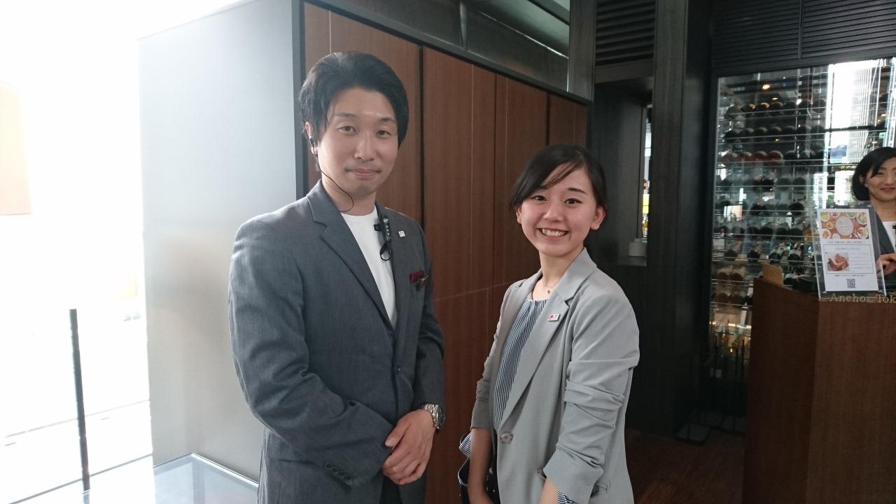 元同じ職場!卒業生の吾妻樹さん(2012年3月卒)と菊池先生との一枚!