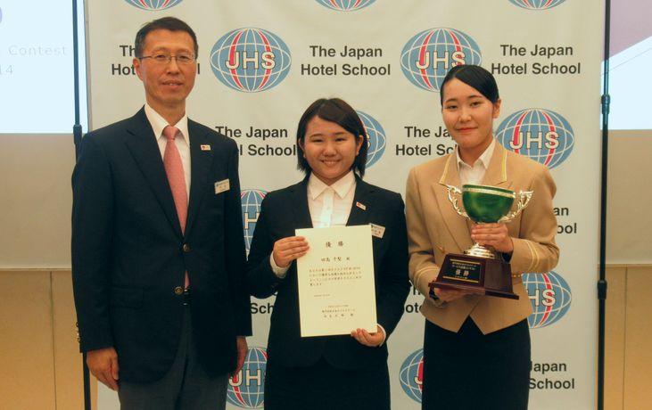 優勝:昼間部英語専攻科2年 桜井 美颯さん(右)と田島 千聖さん(中央)