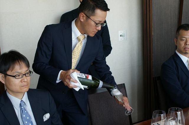 ソムリエ長谷川さんの飲料サービス
