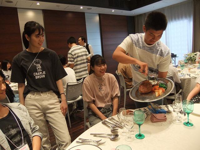 体験授業~宴会サービス サービス方法を学びます