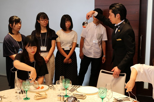 体験授業~宴会サービス 担当する上野先生が実演します