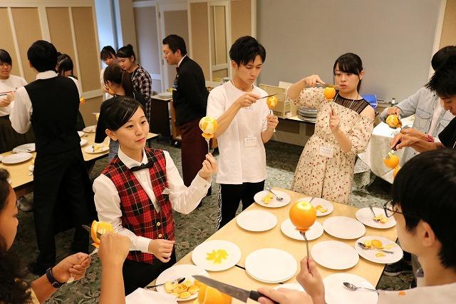 自由選択授業~レストランサービス上級編 フルーツカッティングを体験