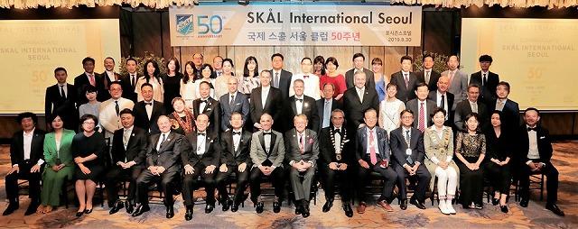 スコールクラブ・ソウル創立50周年記念式典、日本、台湾からの来賓と一緒に記念写真