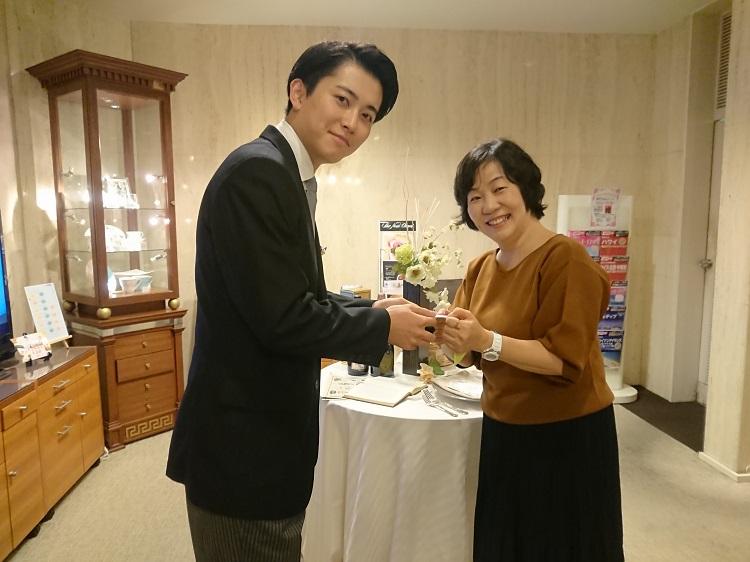 在学中の担任 井上正子先生(右)と名刺交換/在学時のクラスの様子を話ながら当時を振り返っていました