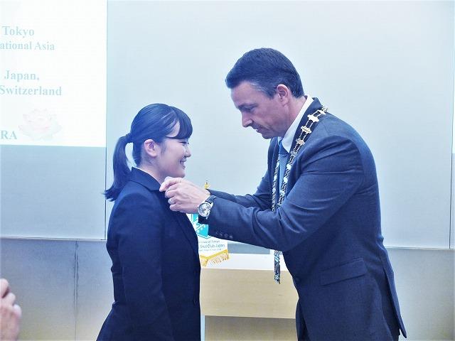 ヤングスコールピンの授与 ~代表としてピンバッジを受ける菅原琳嘉さん(左)とファビアン会長(Skal International Tokyo / Vice-President East Asia, Skal International Asia / Director, Switzerland Tourism Japan, First Secretary of the Embassy of Switzerland in Japan)