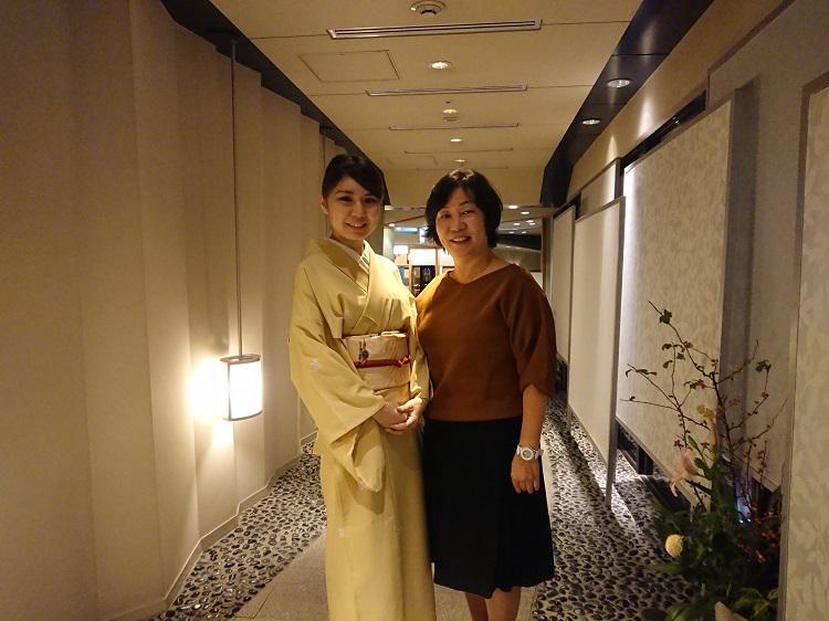 日本料理 千羽鶴 レストランサービスを担当する小川 未央さん(2016年3月夜間部ホテル科卒業)(左)
