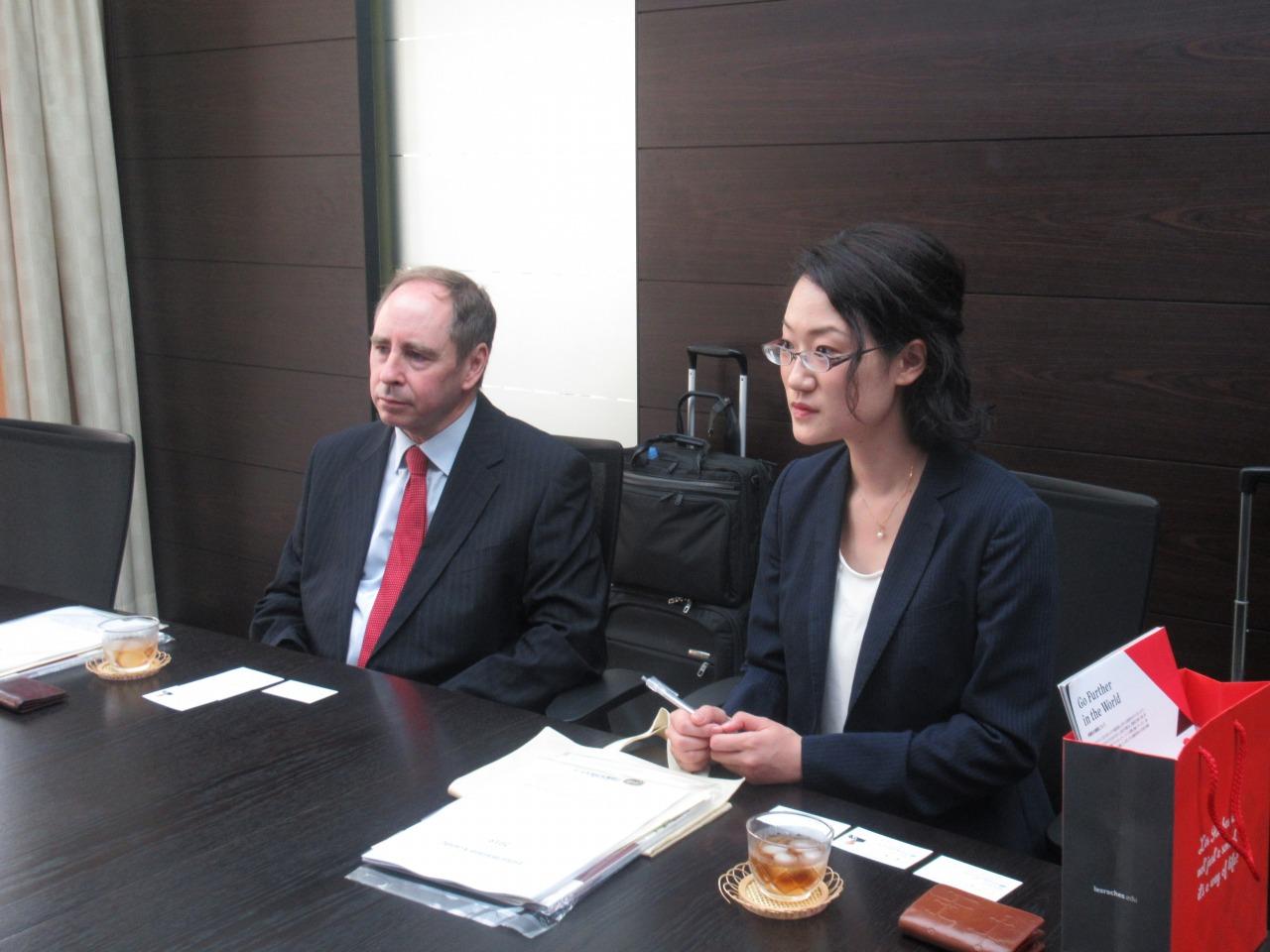 グリオン大学の日本事務局のご担当者Mr. Guy Peters様、中上依美里様(左から順番に)