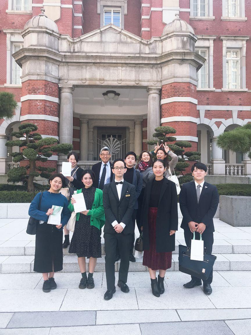 東京ステーションホテルを背にして、卒業生の中山さんと一緒に