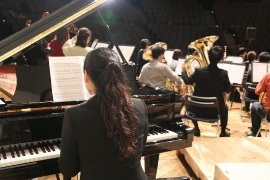 コンサートでのピアノ演奏。楽器は何でも好き