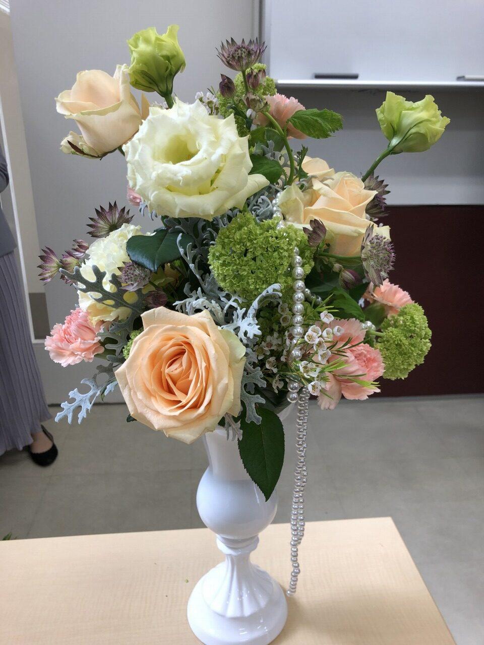 プロの手にかかるとこんなに素敵な卓上花が10分で仕上がります!