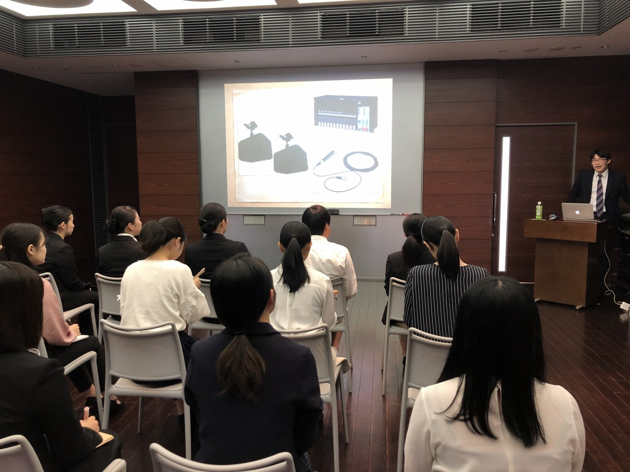 株式会社東芸エンタテイメンツ 総務部 総務部長 秋山 和重様による、音響機器の説明
