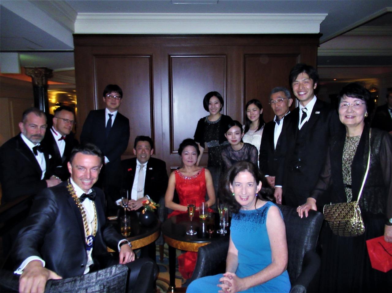 開場前のSKALクラブメンバーの方々、YSCJメンバーとJHS教職員