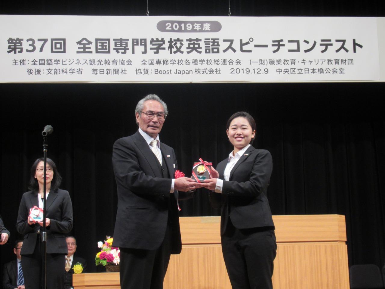 参加賞を受け取る向さんと石塚理事長