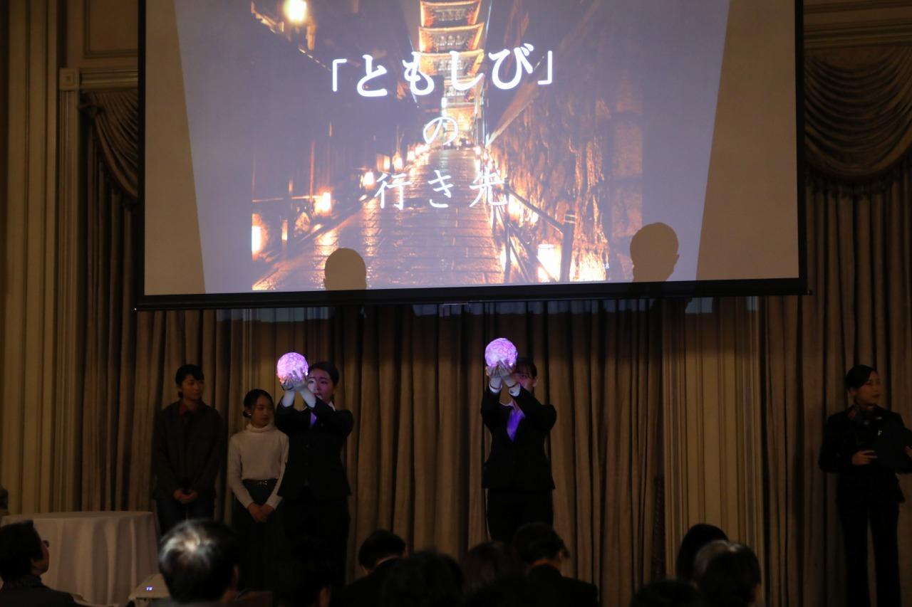 総合賞を獲得した昼間部ブライダル科、チーム「浅草旅館」発表中の様子