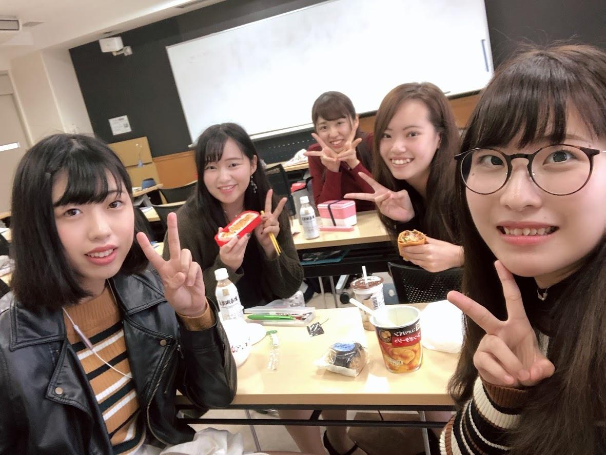 教室でお友達とランチ