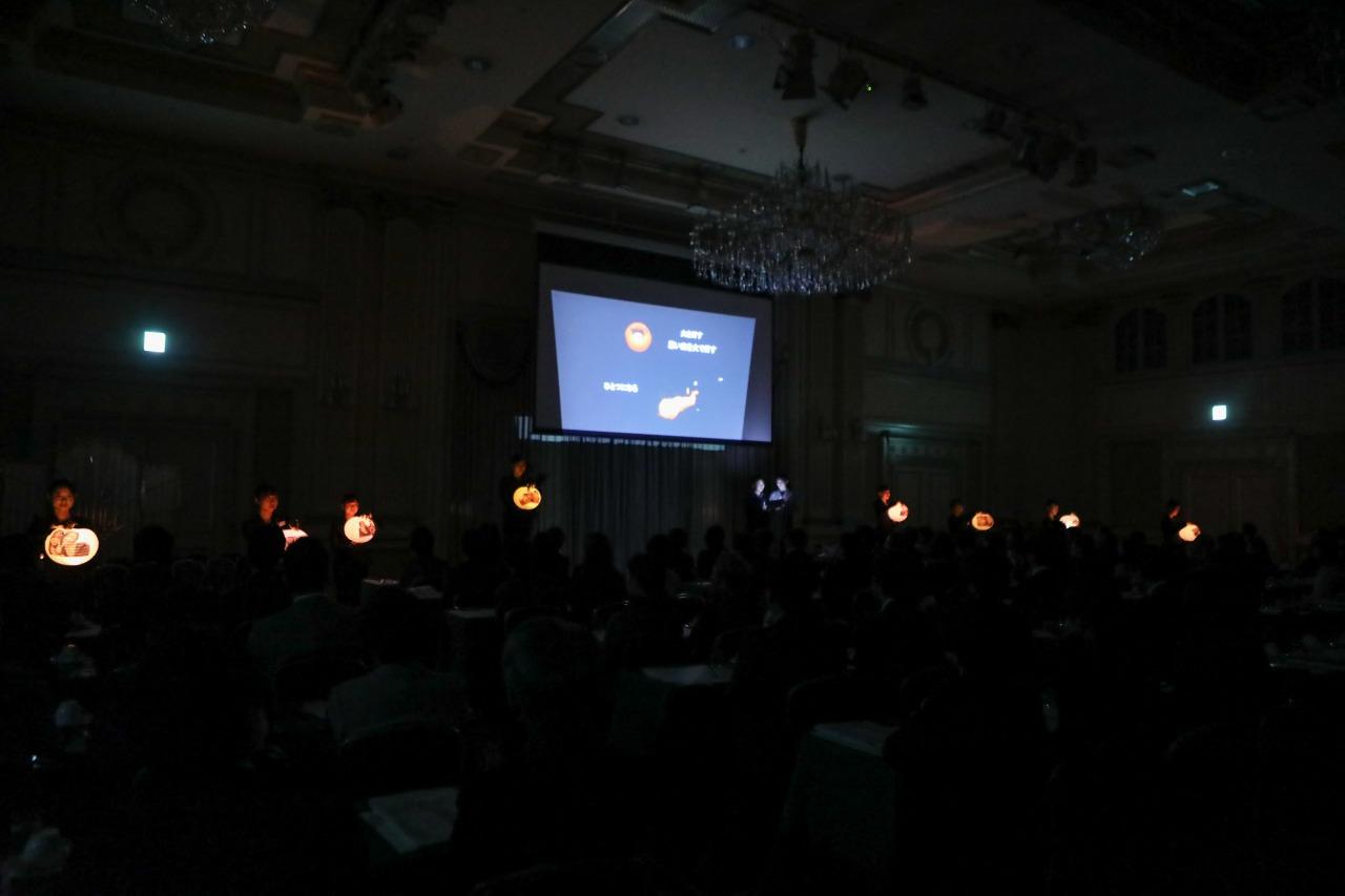 昼間部ブライダル科「株式会社ル・リアン」より提灯を使用した発表中の様子