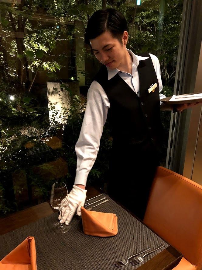レストランで勤務する黒木くん