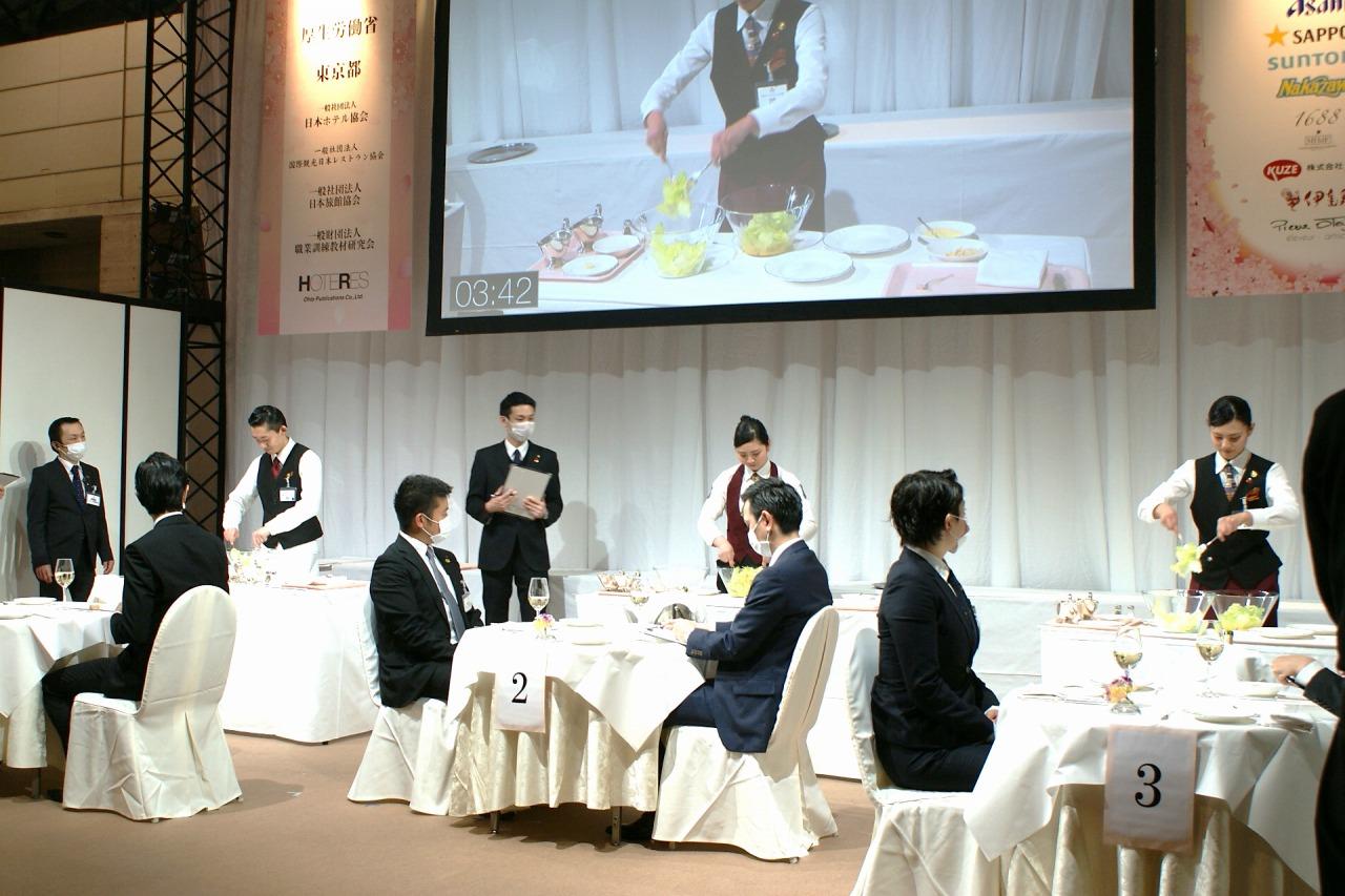 準決勝の課題 シーザーサラダの作成 左から:伊藤さん、石井さん、佐藤さん