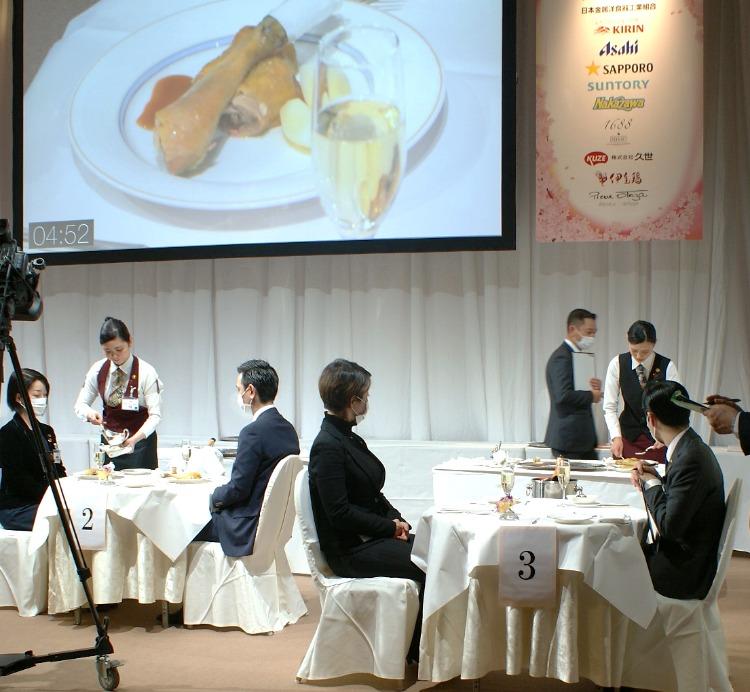 決勝の課題 骨付き鶏もも肉ローストのデクパージュ2 中央:石井さん 右:佐藤さん