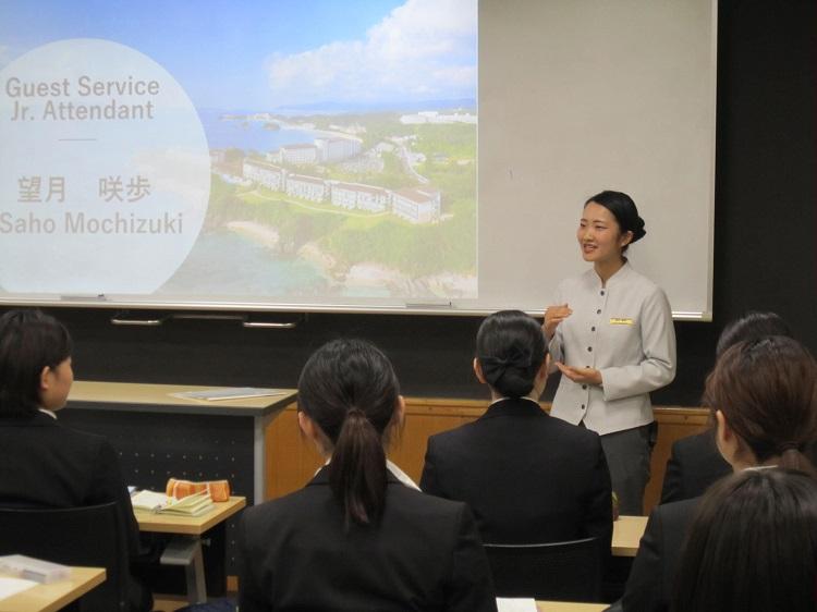 卒業生 Guest Service Jr. Attendant 望月咲歩さん(2019年3月英語専攻科卒業)
