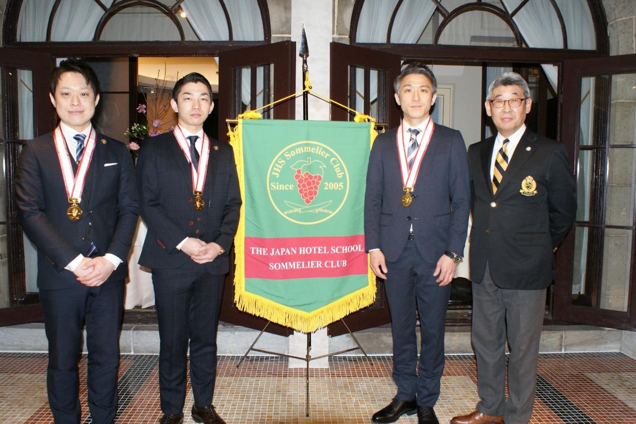 左より長谷川達也さん(2010年度卒)、山本圭二さん(2010年度卒)、佐藤玲央さん(2002年度卒)、中島同窓会長