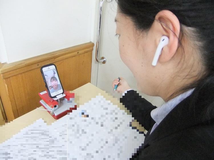 昼間部ブライダル科1年小林明日美さん(神奈川県立橋本高校)が担任の谷岡先生と面談で今後の目標についても話していました。