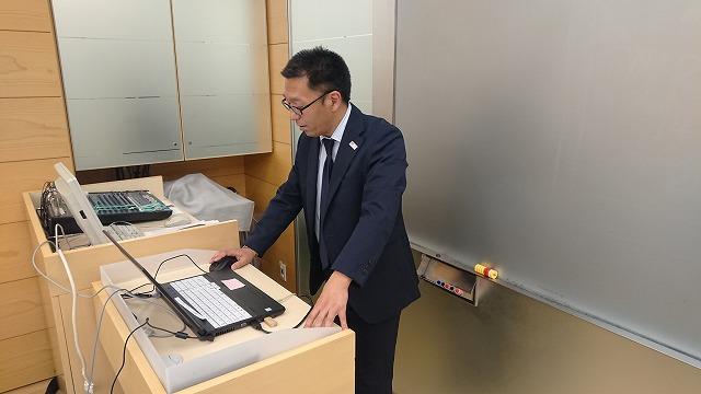 夜間部ブライダル科2Jクラス ブライダルマネジメントを担当する中村先生