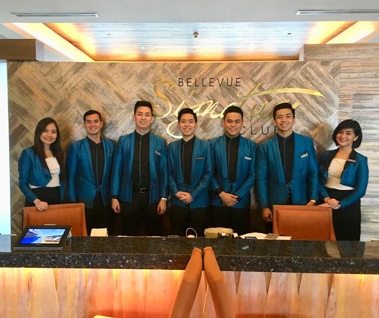 海外ホテルインターンシッププログラム「ザ ベルビュー マニラ」フロントでの研修(中央)
