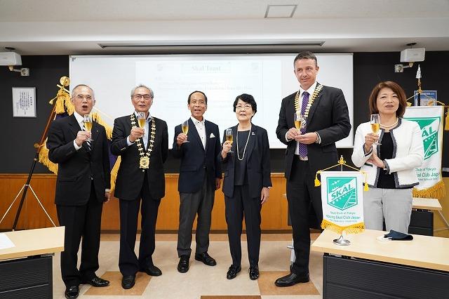 スコールクラブ東京の役員5名と石塚校長