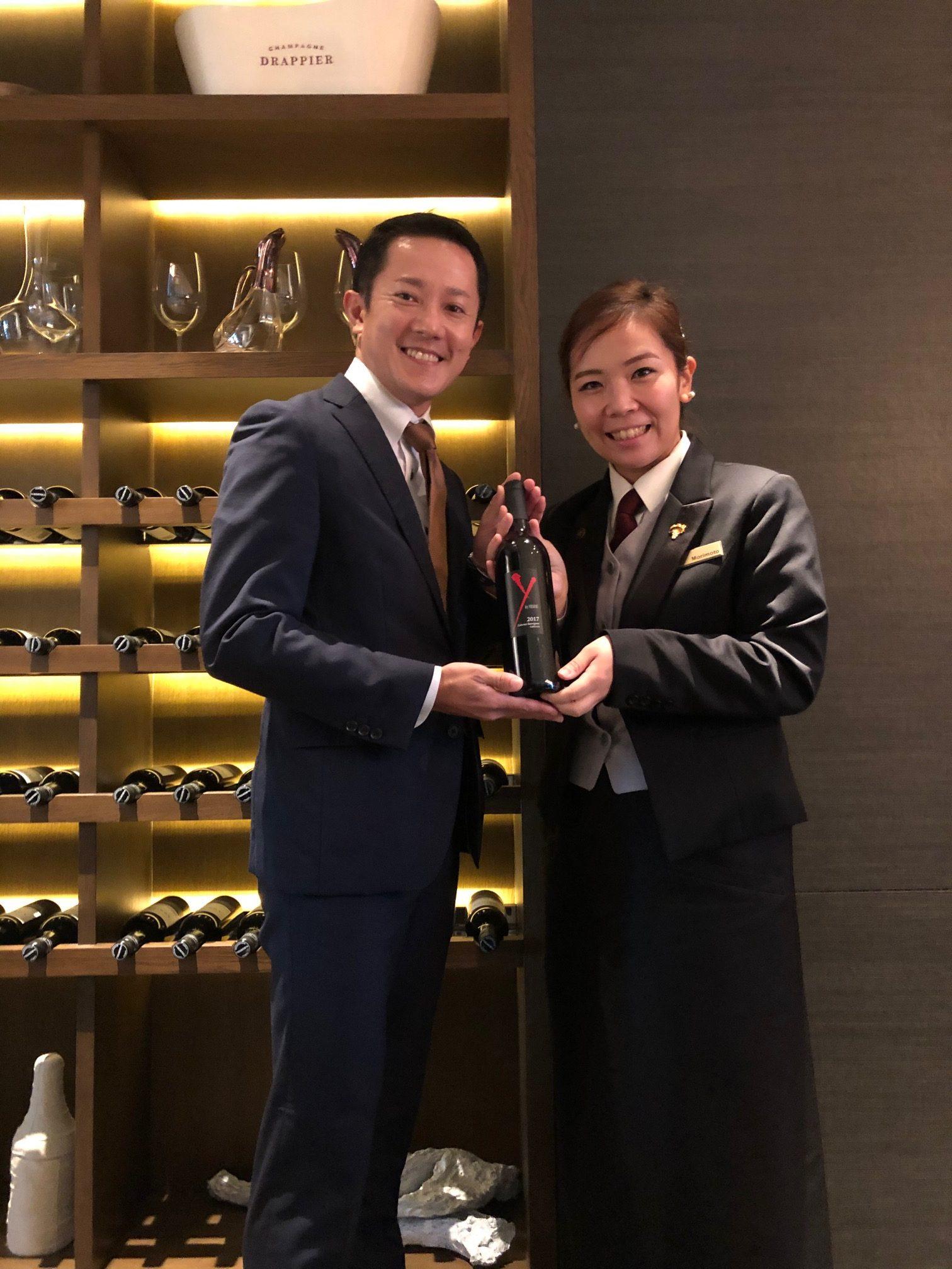 長谷川 大地さん(2007年卒:マンダリンオリエンタル東京勤務)からのお祝いワインと一緒に