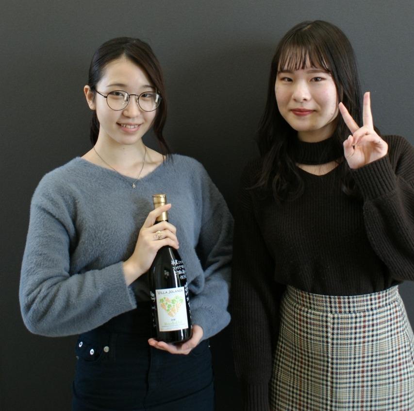 大塚先生からワインの魅力を教えてもらいワイン検定取得した学生 左2年Cクラス本間 葵さん 右2年Lクラス河内 恋音さん