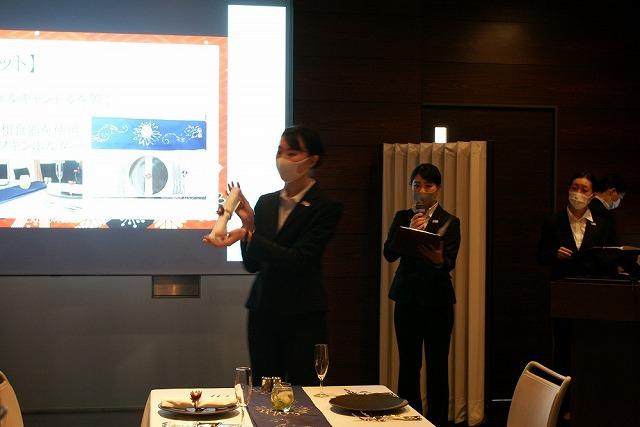 B-3グループ「crisantemo」プレゼンテーションの様子(右)