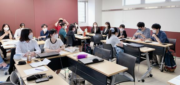 他の班の発表を聞く学生たち