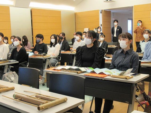 興味深く授業を聞く英語専攻科の学生