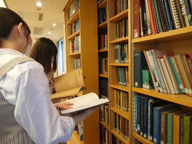 業界関連書籍を手に取る学生