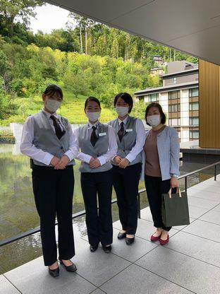 ロビーアテンダント勤務の学生たちと井上正子先生(エクシブ湯河原離宮)