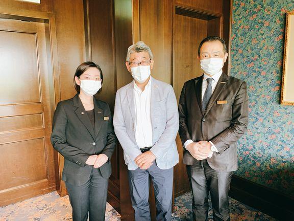村瀬支配人(右)、クオリティの金森チーフ(左)、中島先生(中央)(エクシブ山中湖)