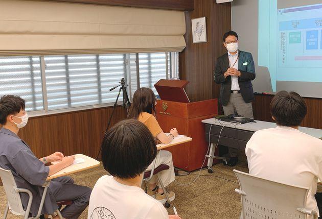 熱心に「ホテルマネジメント」の講義を行う浅山先生