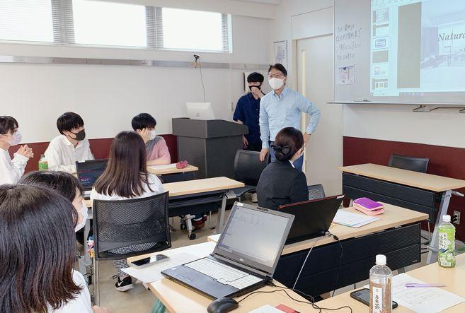 学生たちにプレゼンテーションのやり方を講義する大堀先生