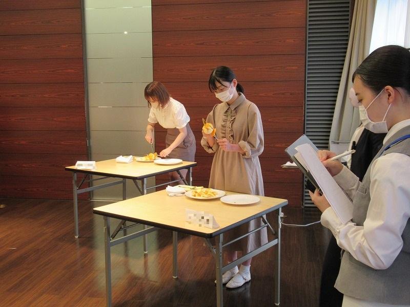 コンテストでパフォーマンスを披露する入学を検討する高校生