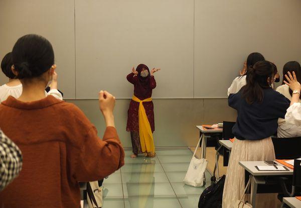 民族舞踊の講義では学生も参加