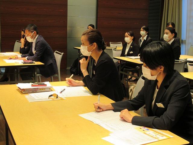 本校教職員による日本語部門の審査の様子